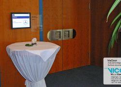 שלט דלת דיגיטלי בחדר הישיבות של המלון